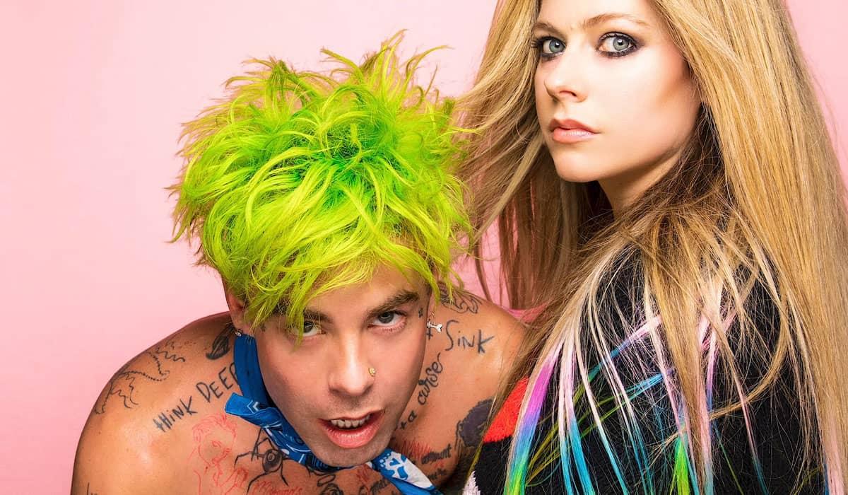 O pop punk marca o retorno de Avril desde seu sexto álbum de estúdio, 'Head Above Water', lançado em 2019