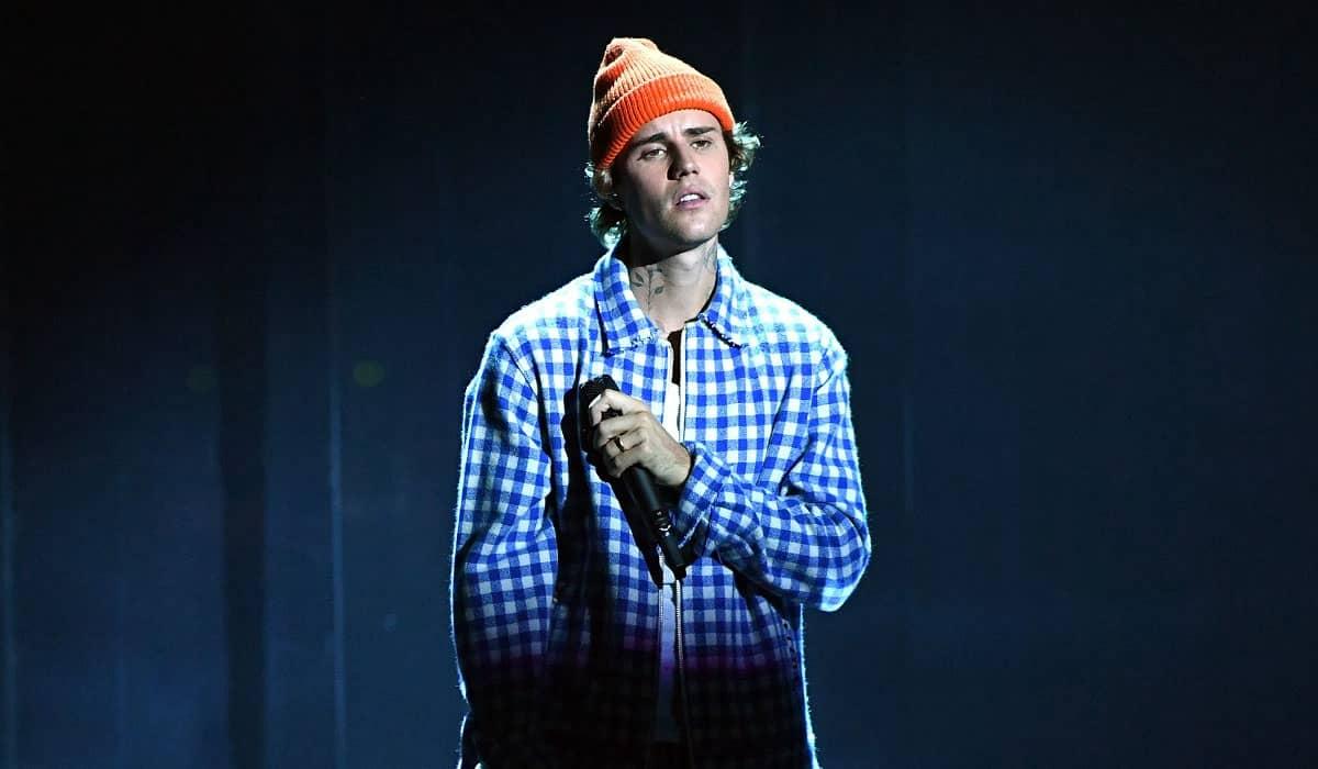 O cantor deverá apresentar 'Intentions', com participação de Quavo, e seu mais recente single 'Anyone'