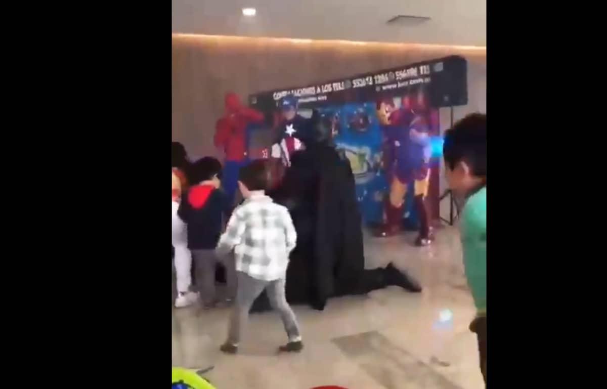 'Thanos' apanha de crianças em vídeo hilário que viralizou na web.