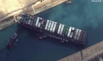 O navio está encalhado no Canal de Suez desde terça-feira (23).