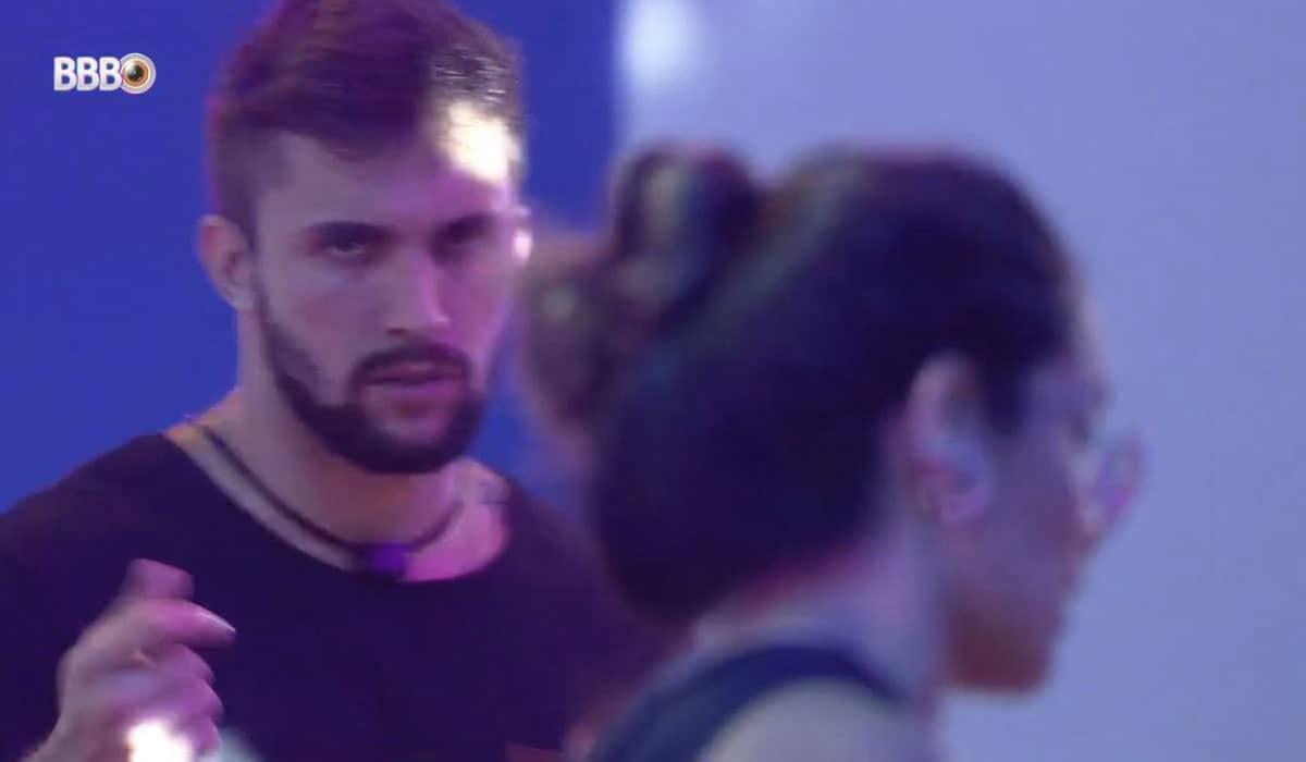 Arthur se revoltou com Juliette por achar que ela estava criticando seu jeito de 'dançar' na prova do líder