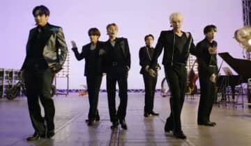 O grupo de K-pop se apresentou remotamente da Coreia do Sul e impressionou o público com a performance para o novo single