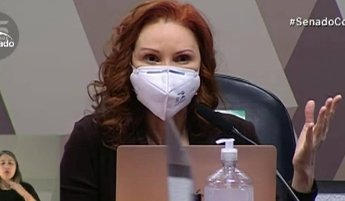 A bióloga utilizou boa parte do depoimento para criticar a conduta do Governo Federal e do Ministério da Saúde diante da pandemia de Covid-19