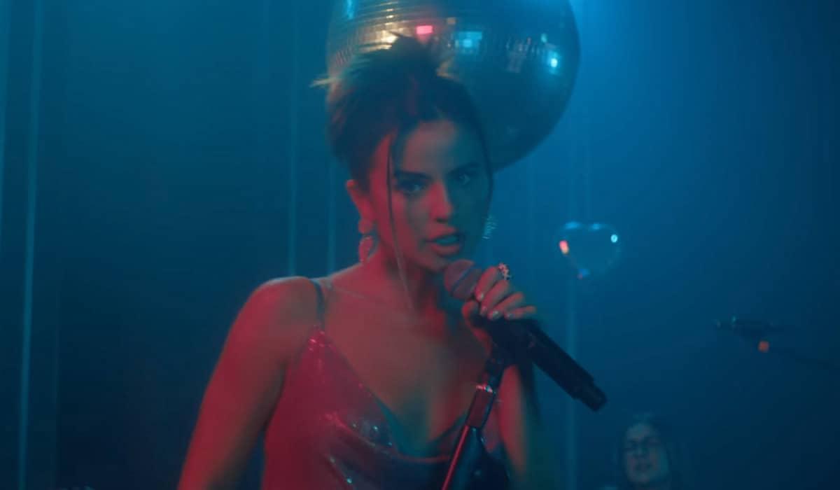 No novo clipe, a cantora apresenta uma proposta 'ao vivo' com sua banda e adiciona novos detalhes à versão original do single