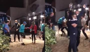 O jogador teve os calçados arrancados e entrou mancando no hotel junto com a seleção brasileira