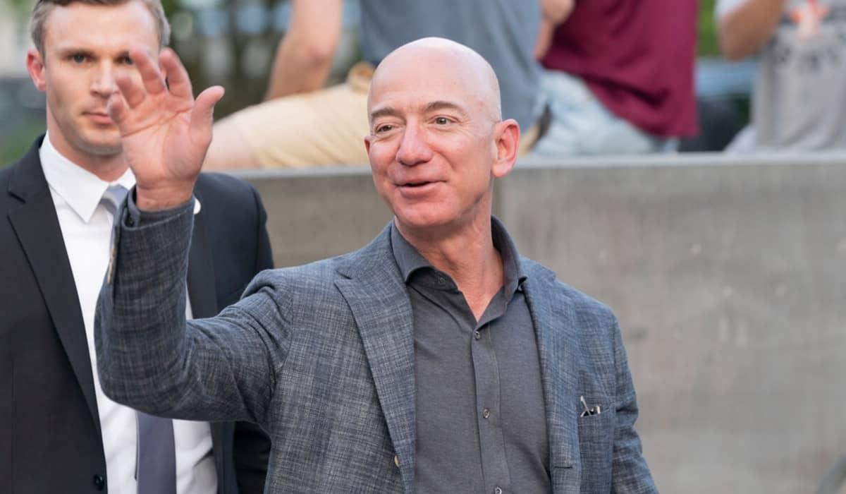 O bilionário entregou o cargo para Andy Jassy mas continuará como um dos principais acionistas da Amazon