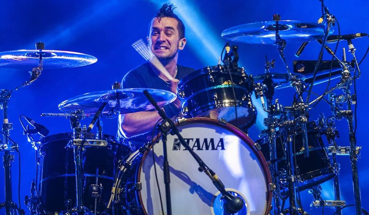 Liderada por um doutor em biologia molecular, o Offspring optou por afastar indefinidamente o baterista Pete Parada