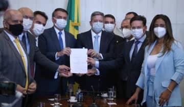 O Auxílio Brasil foi entregue à Câmara dos Deputados junto com a PEC dos Precatórios, nesta segunda-feira (9)