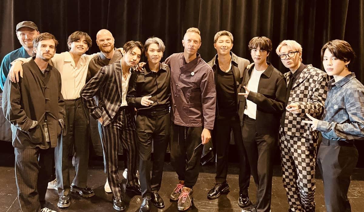 Uma nova foto publicada nas redes sociais mostra o grupo britânico ao lado dos sul-coreanos antes da estreia oficial do single 'My Universe'