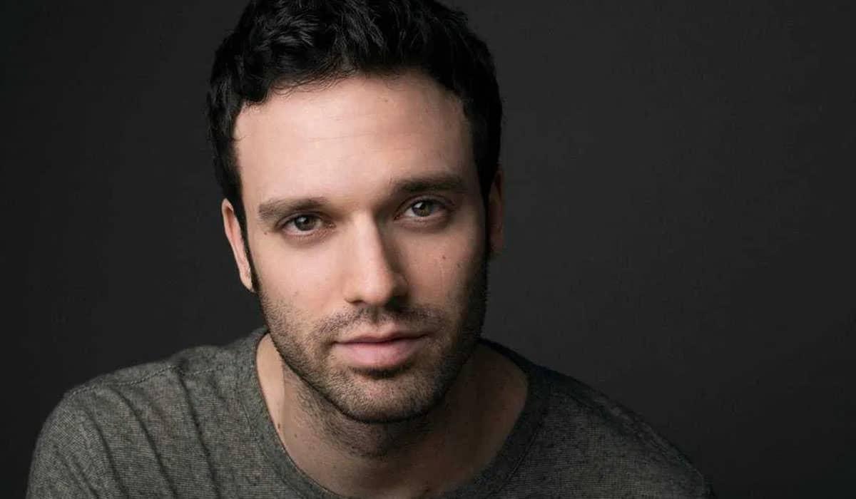 Jake Epstein interpreta Alphonso