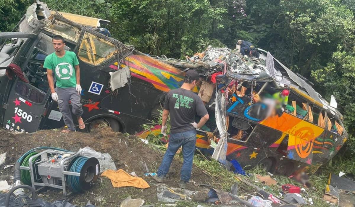 O ônibus tombou no trecho conhecido como Curva da Santa e ficou destruído