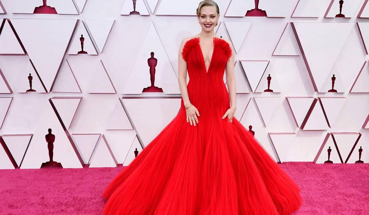 Amanda Seyfried arrasou no tapete vermelho com a peça Armani