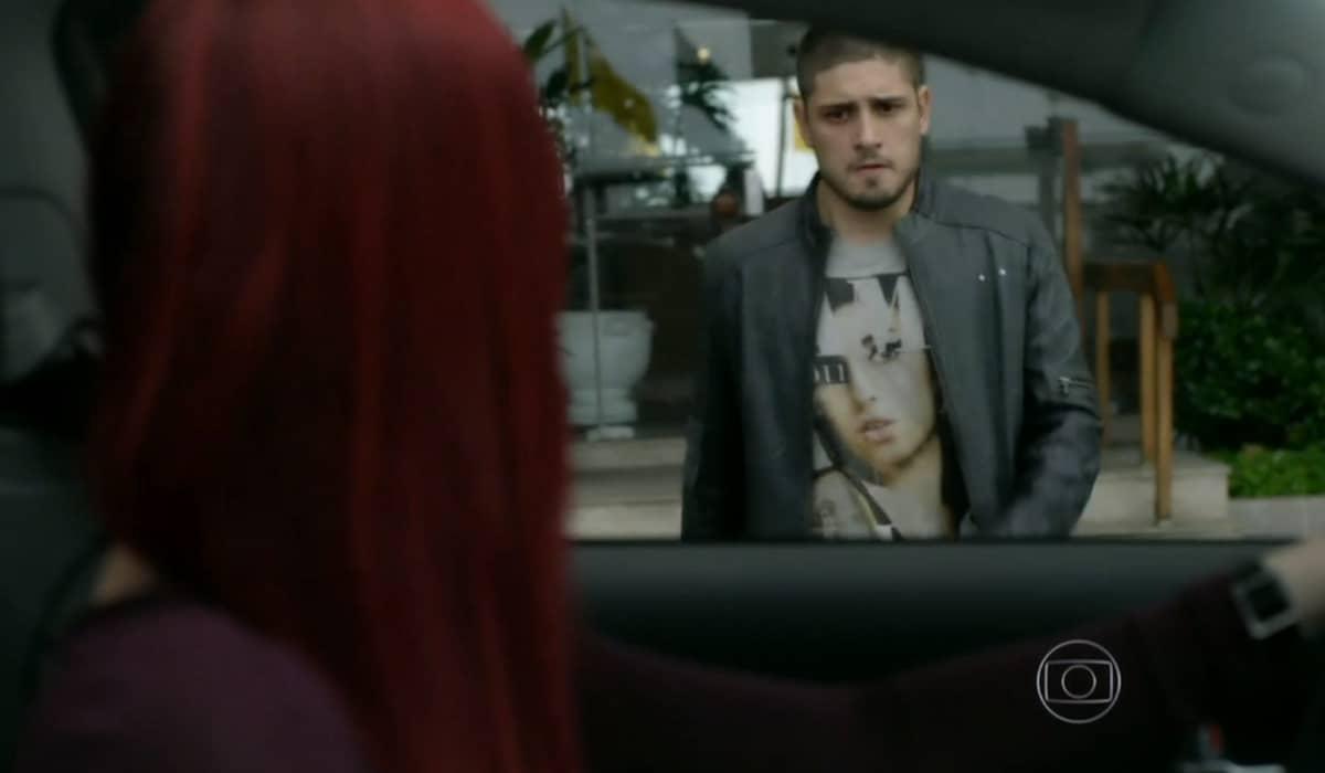 Eduarda chega para buscar João Lucas após o ocorrido. Foto: Globo