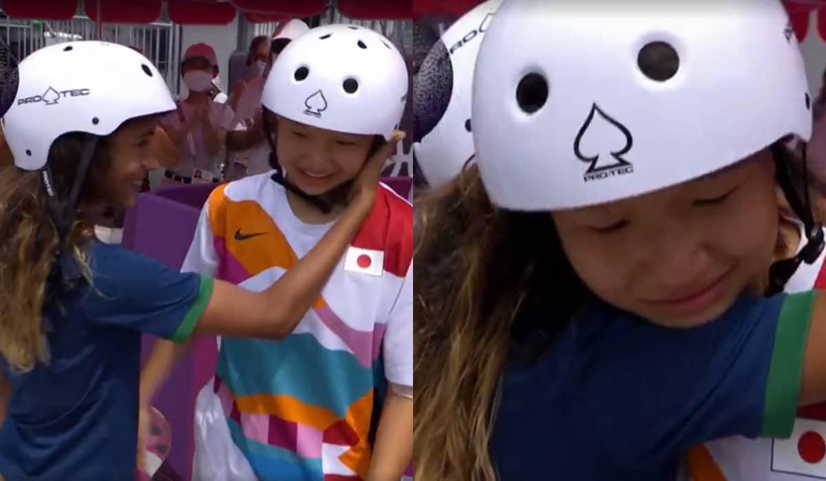 Rayssa abraça a medalhista de ouro, Momiji Nishiya, após a definição do pódio na final do Skate Street